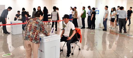 ▲ 지방선거 사전투표 첫 날인 지난 8일 인천시 중구 한중문화관에 설치된 투표소에서 시민들이 투표를 하고 있다.  이진우 기자 ljw@kihoilbo.co.kr
