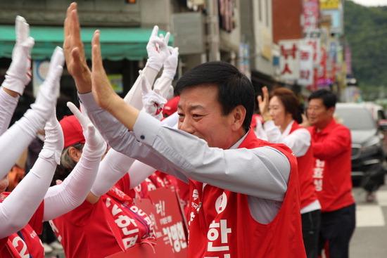 ▲ 한명현 자유한국당 양평군수 후보가 선거운동원과 지지자들의 환대를 받고 있다.