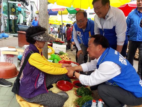 ▲ 정동균 더불어민주당 양평군수 후보가 지역상인들에게 지지를 호소하고 있다.