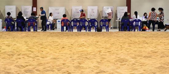 ▲ 6·13 지방선거 투표일인 13일 오후 성남시 중원구 성남종합운동장 실내씨름장에 마련된 성남동 제2투표소에서 유권자들이 투표를 하고 있다.  성남=홍승남 기자 nam1432@kihoilbo.co.kr