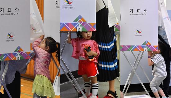 ▲ 지방선거 투표일인 13일 인천시 남동구 구월중학교에 설치된 투표소를 찾은 어린이들이 호기심 어린 눈빛으로 투표소를 살펴보고 있다. 이진우 기자 ljw@kihoilbo.co.kr