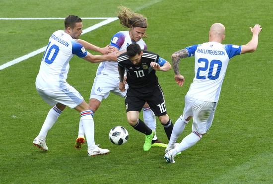 ▲ 세계 최고 공격수라 불리는 아르헨티나의 리오넬 메시가 러시아 월드컵 D조 첫 경기에서 아이슬란드 수비진에 가로막혀 있다. 페널티킥 실축으로 체면을 구긴 메시는