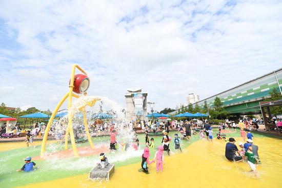 ▲ 오산시 7월 7일부터 죽미체육공원 물놀이터를 본격 가동하기로 했다. 사진은 아이들이 물놀이를 하고 있는 모습.  <오산시 제공>