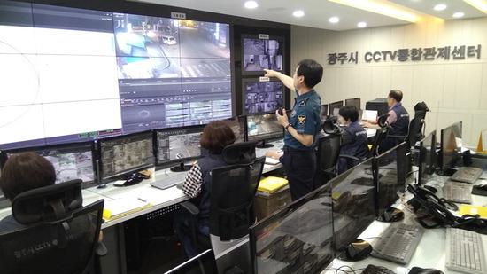 ▲ 광주시 CCTV통합관제센터 직원들이 모니터링을 하고 있다. <광주시 제공>