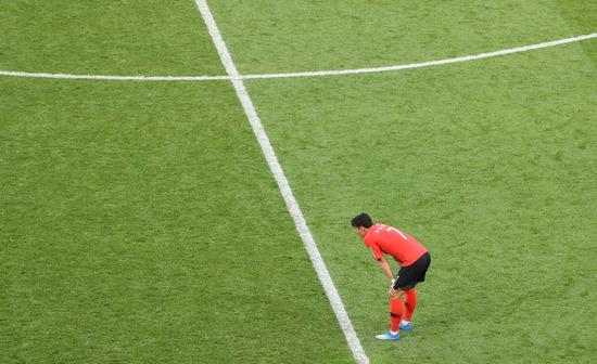 ▲ 한국 축구대표팀 손흥민이 24일(한국시간) 러시아 월드컵 멕시코와 조별리그에서 한국의 첫 골을 성공시켰지만 1-2로 패배하자 그라운드를 망연하게 쳐다보고 있다. 한국은 27일(한국시간 오후 11시) 독일과 운명의 3차전을 벌인다. /연합뉴스 <br /><br />