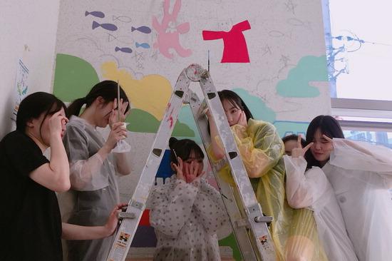 ▲ 안양시청소년재단 평촌청소년문화의집 벽화 작업에 참여한 학생들이 기념 촬영을 하고 있다.  <안양시 제공>