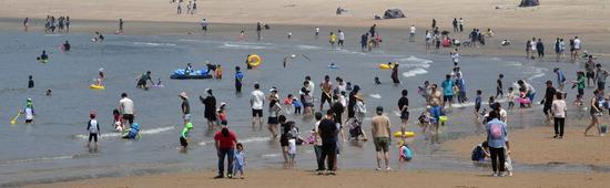 ▲ 전국적으로 무더운 날씨를 보인 24일 인천시 중구 을왕리해수욕장을 찾은 가족단위의 시민들이 물놀이를 하며 더위를 식히고 있다.  이진우 기자 ljw@kihoilbo.co.kr<br /><br />