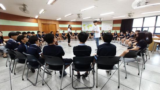▲ 남양중학교 학생들이 &lsquo;미래와 하늘이의 화성 평화 이야기&rsquo; 참여극에 참가하고 있다.  <화성시 제공>