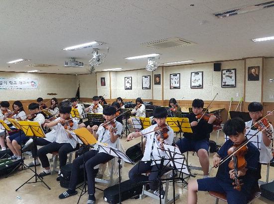 ▲ 용인 기흥중 학생들이 바이올린 수업에 참여하고 있다.  <기흥중 제공>