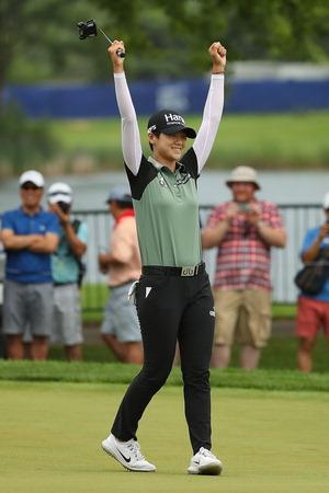 ▲ ▲ 박성현이 2일(한국시간) 미국 일리노이주 킬디어의 켐퍼 레이크스 골프클럽에서 열린 KPMG 여자 PGA 챔피언십 연장전 결과 우승이 확정되자 팔을 번쩍 들며 기뻐하고 있다.  <LPGA 제공>
