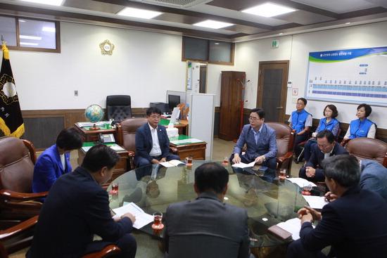 ▲ 가평군의회 송기욱 의장이 9일 군 공무원노조 임원들과 간담회를 갖고 있다. <가평군 제공>
