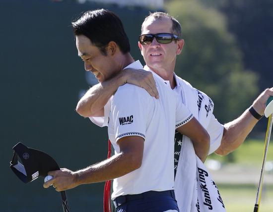 ▲ 케빈 나(왼쪽)의 PGA 투어 우승을 축하해주는 캐디. /연합뉴스