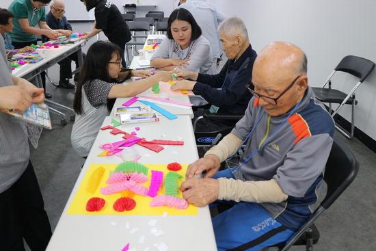 ▲ 하남시치매안심센터가 치매환자들을 대상으로 기억력 증진을 위한 미술치료 프로그램을 진행하고 있다.<하남시치매안심센터 제공>