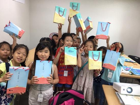 ▲ 작년 송산2동 작은도서관 찾아가는 독서교실에 참여한 어린이들. <의정부시 제공>