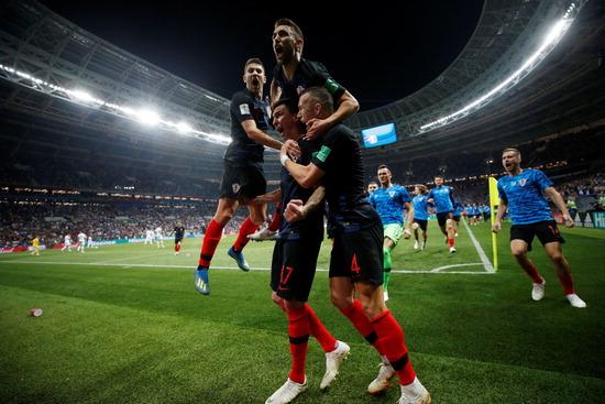▲ 러시아 월드컵 4강전이 열린 12일(한국시간) 크로아티아의 마리오 만주키치(가운데 17번)가 역전 결승골을 넣은 뒤 동료들과 포효하고 있다. 잉글랜드를 꺾고 사상 첫 월드컵 결승전에 오른 크로아티아는 16일 프랑스와 우승컵을 놓고 마지막 승부를 벌인다. /연합뉴스<br /><br />