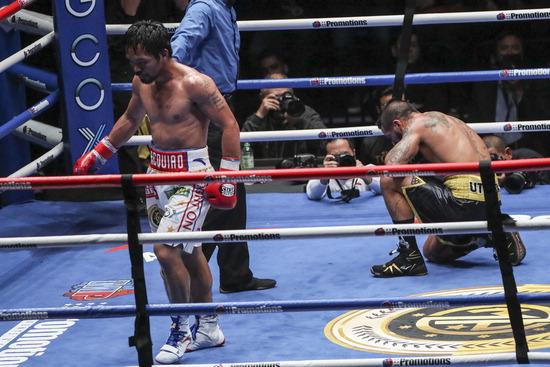 ▲ 필리핀의 복싱 영웅 매니 파퀴아오가 15일(한국시간) 말레이시아 쿠알라룸푸르의 악시아타 아레나에서 열린 루카스 마티세(아르헨티나·웰터급 챔피언)와의 세계복싱협회(WBA) 웰터급 타이틀 매치 결과 7라운드 TKO 승리로 세계 챔피언 자리에 올랐다. 불혹을 넘긴 파퀴아오는 39승 중에 36KO를 자랑하는 묵직한 펀치력의 마티세를 만나 3차례나 다운을 빼앗으며 활약했고, 2009년 이후 9년 만에 KO승을 거두며 은퇴설을 한 방에 걷어냈다. 사진은 강펀치를 날리고 돌아서는 파퀴아오(왼쪽)와 주저앉은 마티세.  /연합뉴스