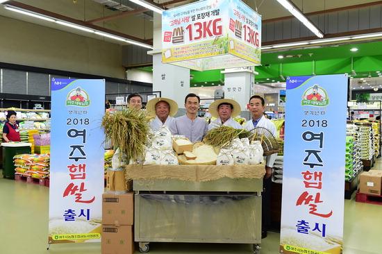 ▲ 여주시가 16일 서울 농협하나로클럽 양재점에서 올해 첫 수확한 여주햅쌀을 선보이고 있다.  <여주시 제공>