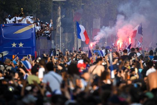 ▲ 20년 만에 우승한 프랑스 축구대표팀 보러 수십만 명 운집  2018 러시아 월드컵에서 우승을 차지한 프랑스 축구대표팀 선수들이 17일(한국시간) 파리 샹젤리제 거리에서 우승 트로피를 들고 퍼레이드를 하고 있다. 프랑스는 1998년 자국에서 열린 월드컵 이후 20년 만에 챔피언에 올랐다. 이날 개선문~콩코르드광장 승리 행진에는 수십만 명의 인파가 운집해 열렬히 환호했다. 프랑스 정부는 앞서 대표팀 전원에게 국가 최고 훈장인 '레지옹 도뇌르'도 수여하기로 했다고 발표했다. /연합뉴스
