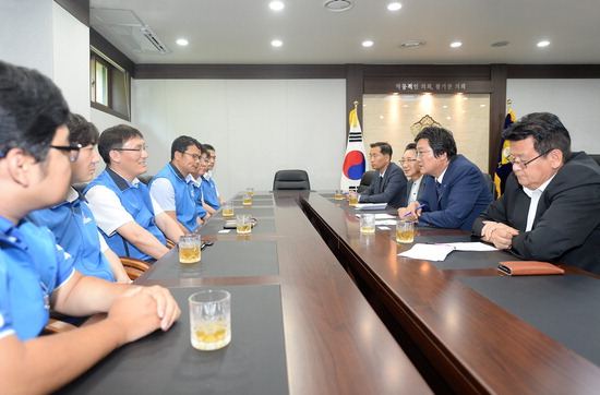 ▲ 파주시의회 손배찬 의장이 시 공무원노조 임원진과 만나 지역 발전방안을 나누고 있다.