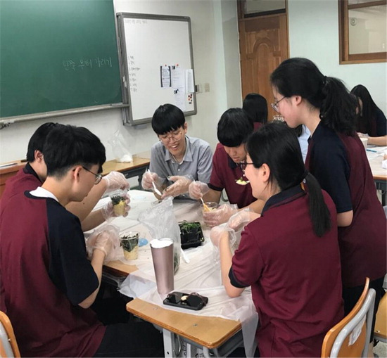 ▲ 화성시 &lsquo;찾아가는 꿈드림 건강학교&rsquo; 프로그램에 참여한 학생들이 영양컵밥을 만들고 있다. <화성시제공>