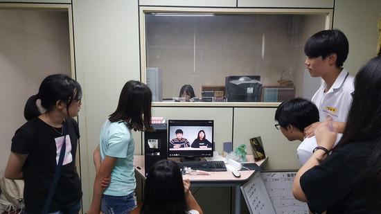 ▲ 부용중 &lsquo;KB MOVIE&rsquo; 동아리 학생들이 의정부 지역 초등학교 학생들과 영상제작법 나눔 활동을 하고 있다.  <의정부교육지원청 제공>