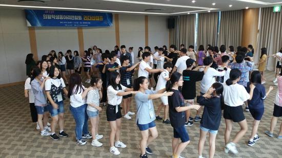 ▲ 의왕시 제1회 학생동아리 연합회 리더십 캠프에 참가한 학생들이 다함께 어울려 즐거운 시간을 보내고 있다.