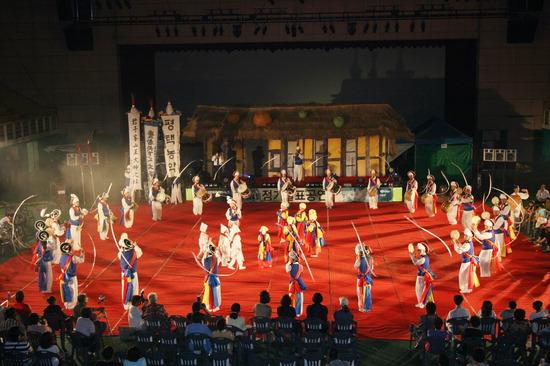 ▲ 평택농악 전수교육관 마당에서 평택농악 정기 공연이 펼쳐지고 있다.<평택문화원 제공>