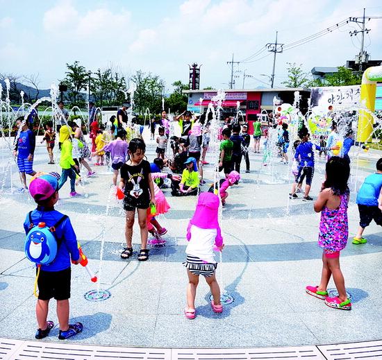 ▲ 의왕시 왕송호수 레일바이크 광장에서 어린이들이 물놀이를 즐기고 있다.  <의왕시 제공>