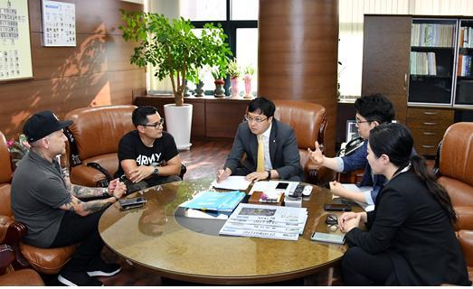 ▲ 연예기획사 제이진 멀티테인먼트는 미국 영블러즈 엘엘씨와 업무협약을 맺고 한국 모델들의 원활한 세계진출을 위한 방안을 논의 하고 있다.  <제이진 멀티테인먼트 제공>