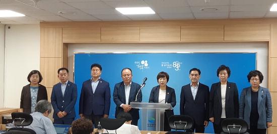 ▲ 1일 오전 의정부시의회 민주당 의원 8명이 시청 브리핑실에서 원 구성 지연과 관련된 기자회견을 진행하고 있다.