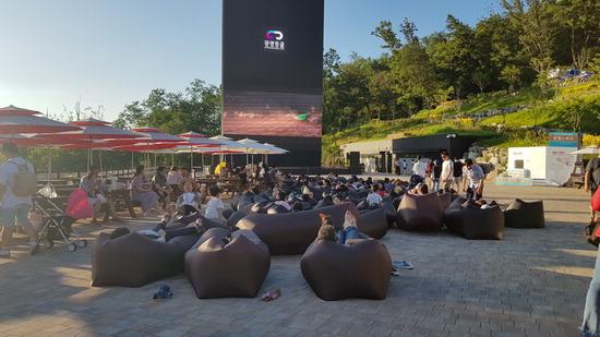 ▲ 광명동굴을 찾은 관광객들이 빛의 광장에서 led미디어타워를 통해 영화를 감상하고 있다.<광명시 제공>