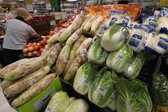 ▲ 폭염이 이어지면서 채소류 물가가 전월대비 3.7% 상승했다. 1일 통계청에 따르면 전월 대비 채소류 물가 상승률은 2월 16.7% 이후 3&sim;6월에 4개월 연속 하락하다가 이달 반등했다. 시금치가 6월보다 50.1%나 치솟았고 배추 39.0%, 상추 24.5%, 열무 42.1% 등도 가격이 껑충 뛰었다. 사진은 이날 서울의 한 마트에서 채소류를 둘러보는 시민.  /연합뉴스<br /><br />
