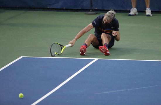 ▲ 미국 워싱턴 D.C에서 1일(한국시간) 열린 남자프로테니스(ATP) 투어 시티오픈 단식 1회전에서 브누아 페르(프랑스·세계랭킹 55위)가 마르코스 바그다티스(키프로스·세계랭킹 91위)에 1대 2로 패한 뒤 코트에 주저앉아 라켓을 박살내고 있다. 이미 부전승으로 1회전을 통과한 정현(세계랭킹 23위)은 이날 경기에서 승리한 바그다티스와 2회전 대결을 펼친다./연합뉴스