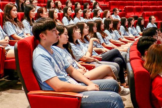 ▲ 인천글로벌캠퍼스에서 5일까지 열리는 청소년 글로벌 리더스 포럼 개막식에 참석한 학생들이 강의 내용을 경청하고 있다.  <인천글로벌캠퍼스 제공>