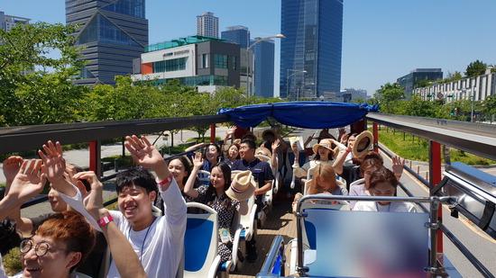 ▲ 인천시티투어 2층 버스를 탄 관광객들이 손을 올리고 즐거워하고 있다.  <인천관광공사 제공>