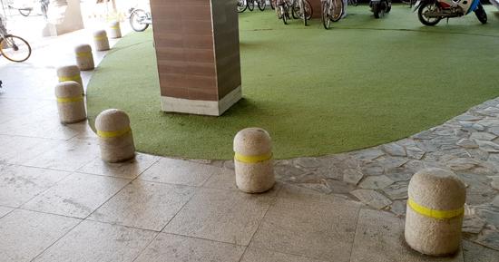 ▲ 수원시 한 대형 마트 광장 내에 설치돼 있는 볼라드.  박종현 인턴기자<br /><br />