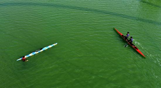 ▲ 기상청이 예보한 소나기가 내리지 않고 폭염이 이어진 9일 인천시 연수구 컨벤시아교 아래 녹조가 발생한 호수에서 시민들이 카누를 타고 있다.  이진우 기자 ljw@kihoilbo.co.kr