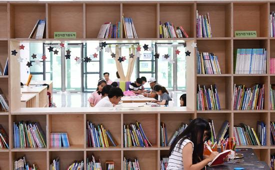 ▲ 무더위가 기승을 부리는 12일 오후 용인시 국제어린이도서관에서 시민들이 책을 읽으며 더위를 피하고 있다.용인=홍승남 기자 nam1432@kihoilbo.co.kr