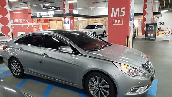 ▲ 수원시 한 쇼핑센터 주차장에 공회전 차량이 주차돼 있다. 박종현 인턴 기자 qwg@kihoilbo.co.kr