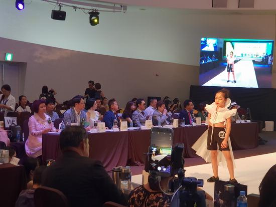 ▲ 지난 17일 서울 서초구 세빛섬 컨벤션 그랜드볼룸에서 열린 &lsquo;2018 세계 프로 모델대회에서 참가 모델이 워킹을 하고 있다.  <양평군 제공>