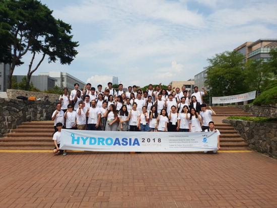 ▲ 지난 13일부터 17일까지 인천대학교에서 열린 &lsquo;제12회 하이드로아시아&rsquo;에 참가한 15개국 13개 교 미래 물전문가들이 기념촬영을 하고 있다.  <인천대 제공>