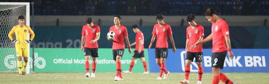 ▲ 한국 U-23 축구 대표팀 선수들이 아시안게임 조별리그 E조 말레이시아와 2차전 전반에만 두 골을 허용한 뒤 고개를 숙인 채 그라운드를 나서고 있다. 한국은 1대 2로 충격적인 패배를 당했다. /연합뉴스<br /><br />