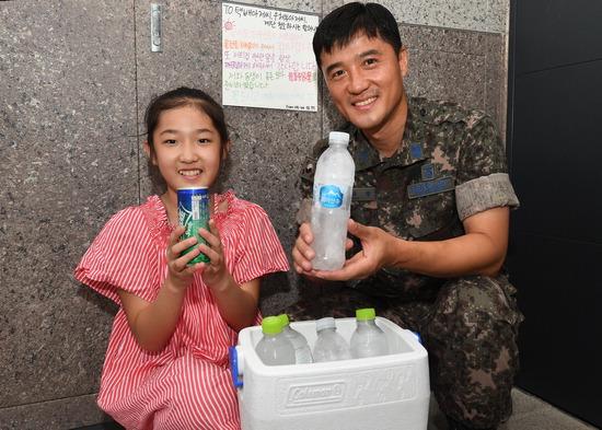 ▲ 김주학 상사와 딸 은찬 양이 음료를 준비하고 있다. <공군 제10전투비행단 제공>