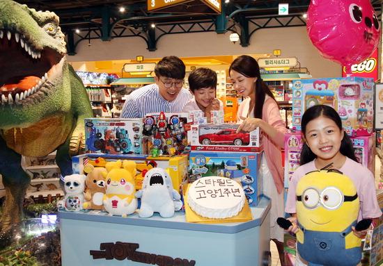 ▲ 23일 스타필드 고양점이 개장 1주년 맞아 마련한 키즈 축제에서 어린이들이 장난감을 들고 즐거워하고 있다.   /연합뉴스