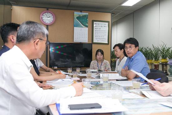 ▲ 이재현 서구청장이 지역현안 해결을 위해 구 직원들과 협의하고 있다.  <인천시 서구 제공>