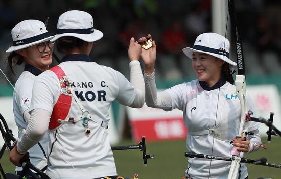 ▲ 한국 여자 양궁 리커브 대표팀이 단체전 4강에서 승리한 뒤 환하게 웃고 있다./연합뉴스<br /><br />
