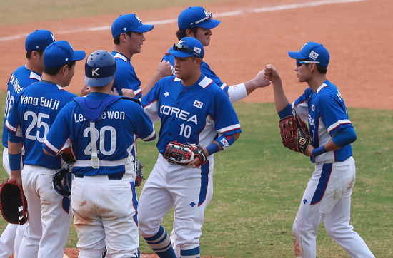 ▲ 한국 야구대표팀이 28일 홍콩과 B조 예선 최종전에서 승리한 뒤 자축하고 있다.  /연합뉴스<br /><br />