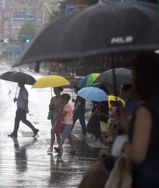 ▲ 수도권 지역에 많은 양의 비가 내린 28일 인천시 남동구 구월동의 한 사거리에서 우산을 쓴 시민들이 귀가를 서두르고 있다.  이진우 기자 ljw@kihoilbo.co.kr