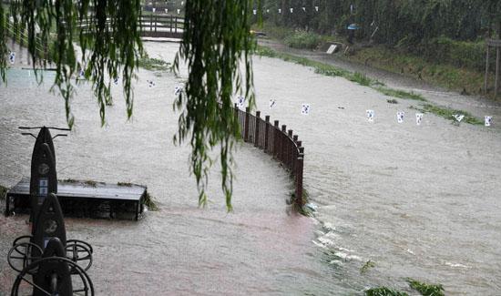 ▲ 기습 폭우가 내린 28일 오후 수원천 둔치의 운동기구가 물에 잠겨 있다.  홍승남 기자 nam1432@kihoilbo.co.kr<br /><br />