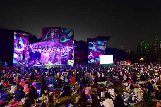 ▲ 지난해 9월 수원 광교호수공원 야외공연장에서 열린 &lsquo;2017 수원재즈페스티벌&rsquo;에서 관람객이 공연을 즐기고 있다.  <수원시 제공>